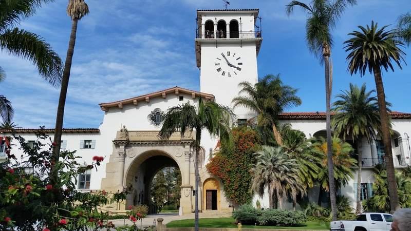 Здание Окружного суда и смотровая башня с часами в Санта-Барбаре