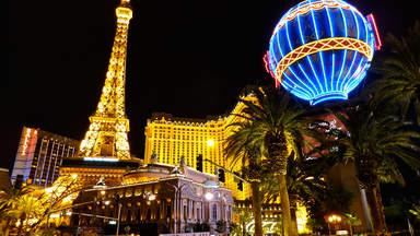 Копия Эйфелевой башни перед отелем Париж в Лас-Вегасе