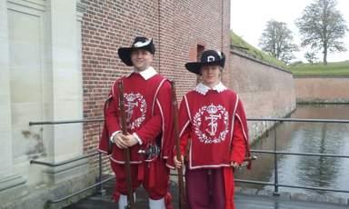 Королевские мушкетеры приветствуют посетителей замка Кронборг