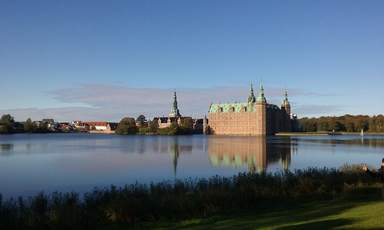 Вид на замок Фредериксборг со стороны озера