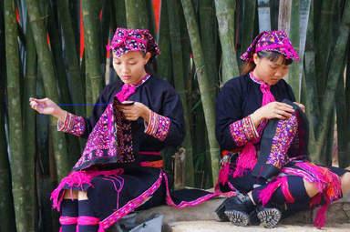 Шитьё национальной одежды в деревне племён Ли и Мяо