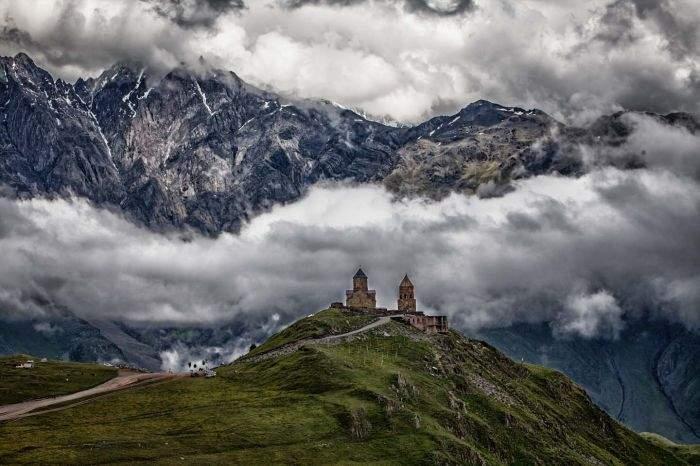 Храм Гергети у горы Казбек