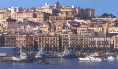 Панорамный вид Кальяри со стороны моря