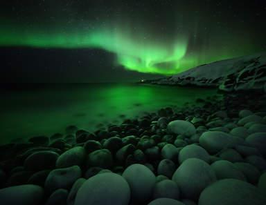 Сияние над пляжем огромных камней