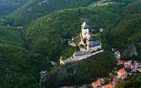 Крепость Карлштейн в окружении изумрудных лесов