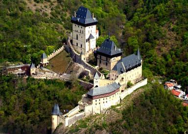 Вид сверху на замок Карлштейн