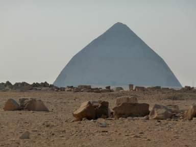 Ломаная пирамида Снфру