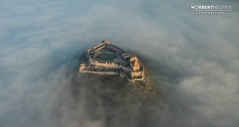 Крепость, где проводится рыцарский турнир