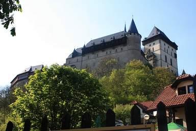Вид на замок Карлштейн из одноименной деревни