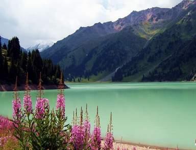 Большое Алматинское озеро летом