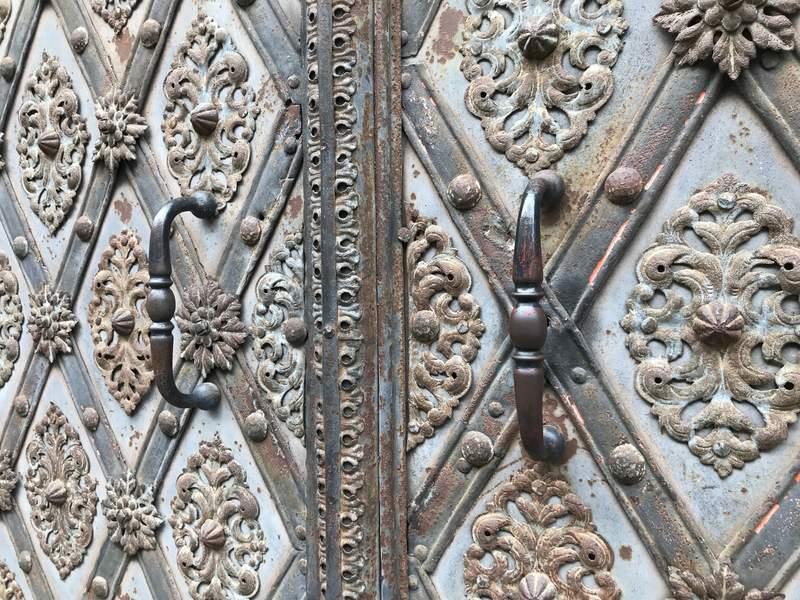 Удивительные двери Праги