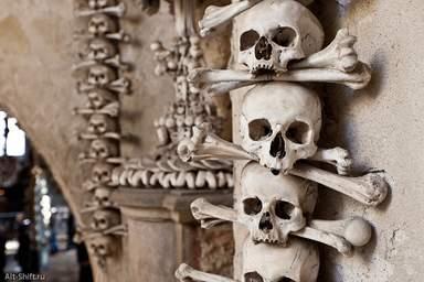 Жуткое убранство костницы в соборе Всех Святых