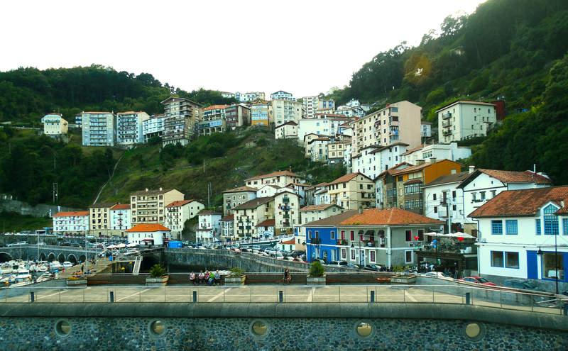 Городок на крутом склоне над водами океана