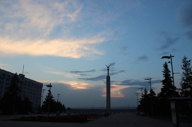 площадь Славы, монумент рабочему с крыльями самолёту ил-2