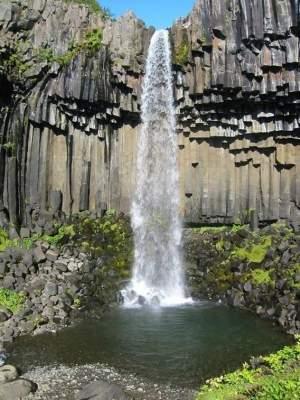 Водопад в ущелье в Гарни