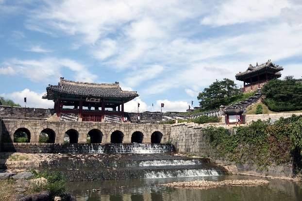 Водная арка крепости Сувон Хвасон