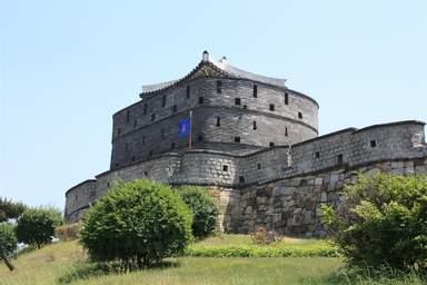 Бойница крепости Сувон Хвасон