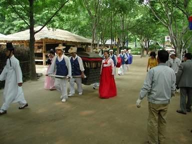 Свадебная церемония в традиционной деревне Минсокчон