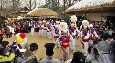 Традиционный танец в деревне