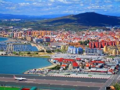 Панорамный вид на аэропорт Гибралтара и город Линия де Консепсьон