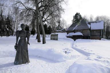 Бронзовая фигура М.К. Тенишевой - недалеко от входа в парк Флёново.