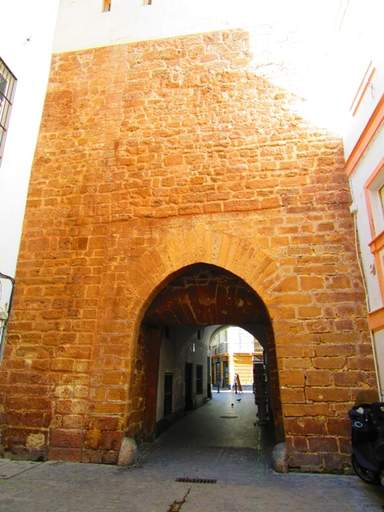одна из арок-вход в средневековый город