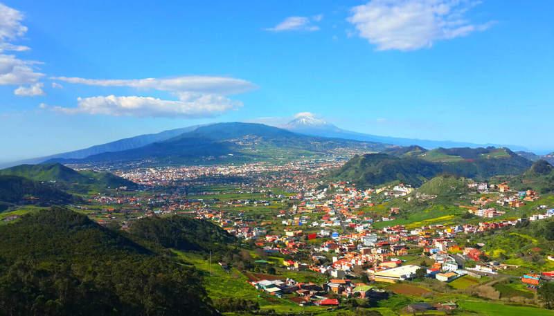 Вид на вулкан Тейде, первую столицу острова Ла-Лагуну, северный аэропорт.