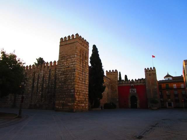 площадь Триумфа и оборонительная стена Альказара