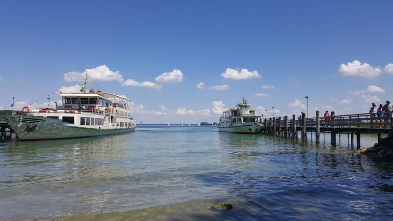 По озеру Кимзее курсируют прогулочные катера