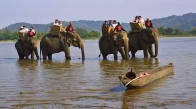 Катание на слонах по озеру Лак