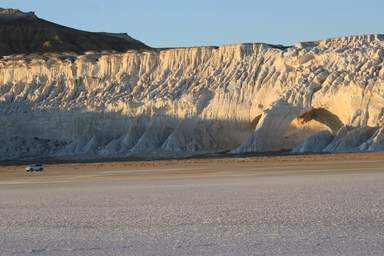 Природная арка и сор Тузбаир (плато Устюрт)
