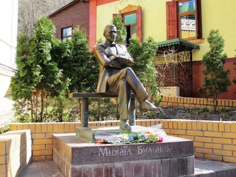 Киев. Памятник М. Булгакова
