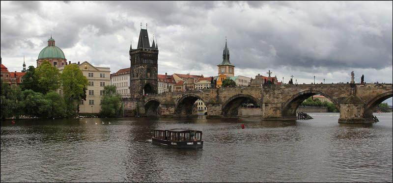 Вид на Прагу и Карлов мост
