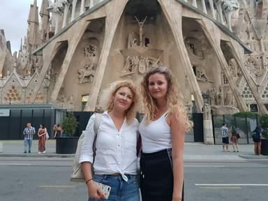 Мои туристки на фоне Саграды Фамилии