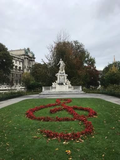 Памятник Моцарту в Вене.