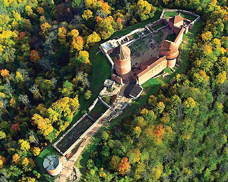 Турайдский замок с птичьего полета.