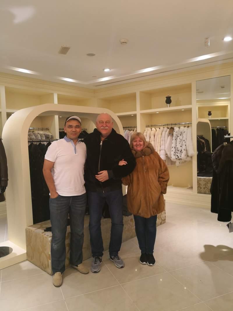 С Гостями из Одессы Сергеем Анатолиевичем и Еленой на обзорной Экскурсии по Дубаю и заездом в шубный магазин.