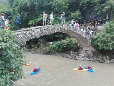 Рафтинг на горной реке и мост 12 века
