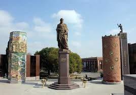 Памятник Низами.