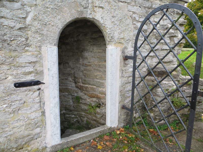 Тюремная дверь