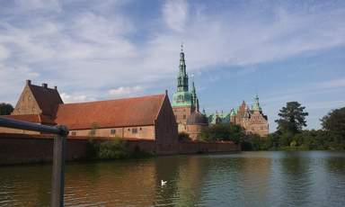 вид на замок со строны озера