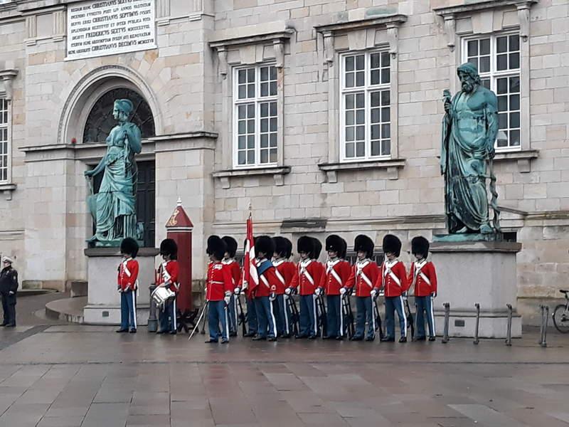 королевские гвардейцы у дворца Кристиансборг