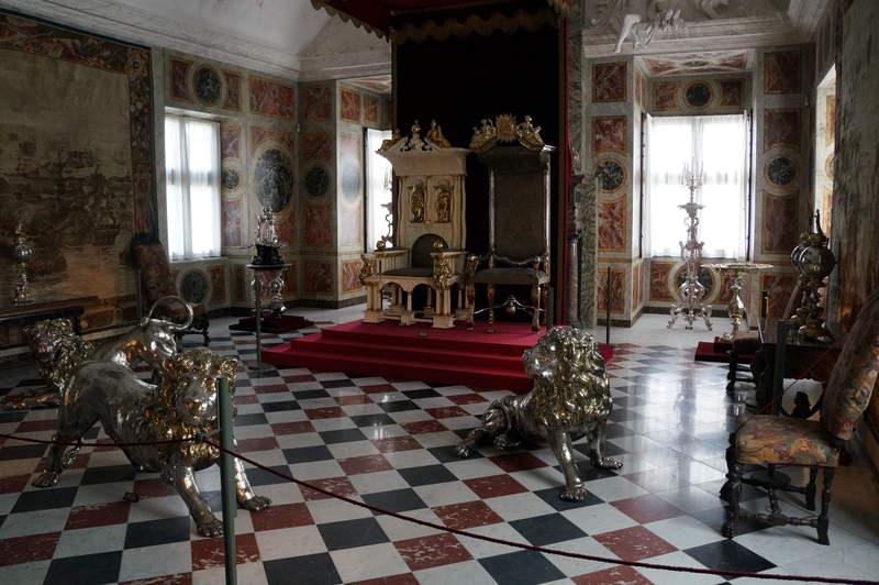 троны абсолютных монархов