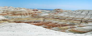 Разноцветные меловые горы Актау отражают в своих слоях многогранные геологические процессы происходившие в истории земли.