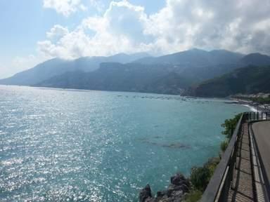 Серпантинная дорога вдоль моря