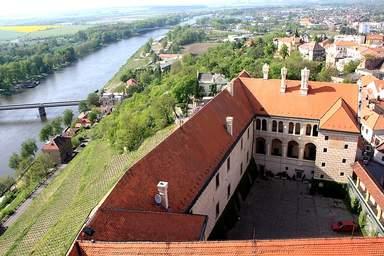 Вид на замок Мельник с колокольни собора Петра и Павла