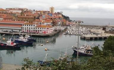 Рыболовецкие корабли, парковка яхт и старый город