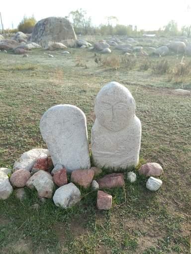 Каменные над гробья балбалы