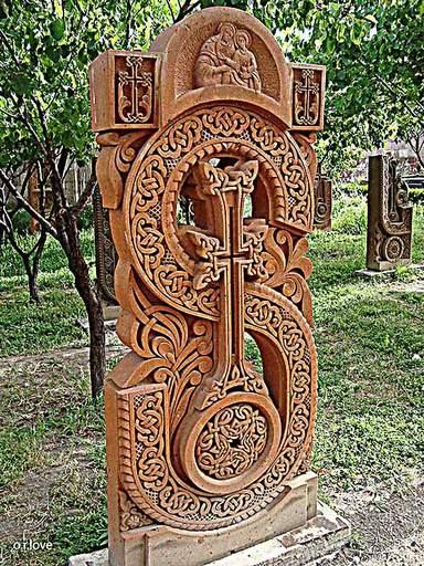 армянский алфавит в виде хачкаров.