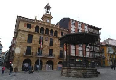 Бэрмео. Площадь в Старом Городе.